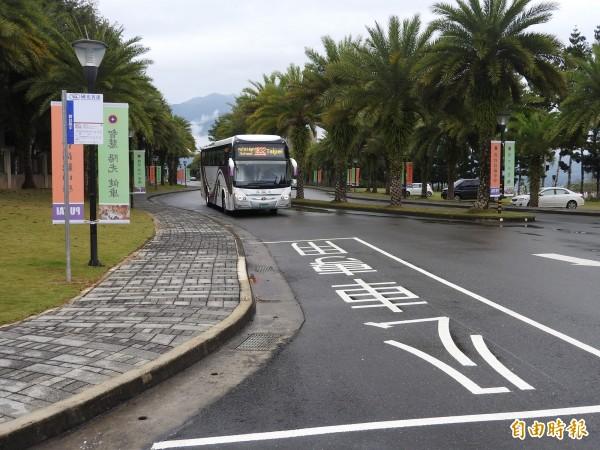 因應客運公車停靠,目前也增設站牌與停車格。(記者佟振國攝)