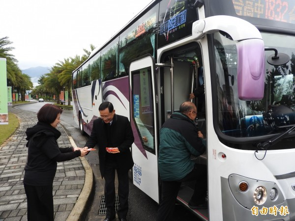 春節將至,國光客運執行董事戴宏聲(中)也給首發乘客每人1個小紅包。(記者佟振國攝)