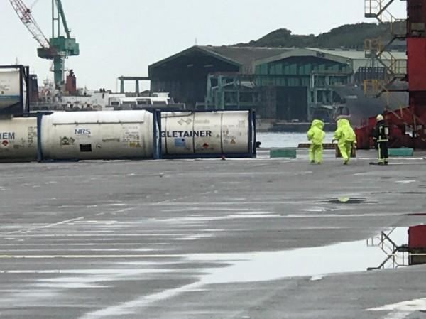 基隆港西岸碼頭化學槽龜裂,化學物外洩,現場並無立即危險。(記者盧賢秀翻攝)