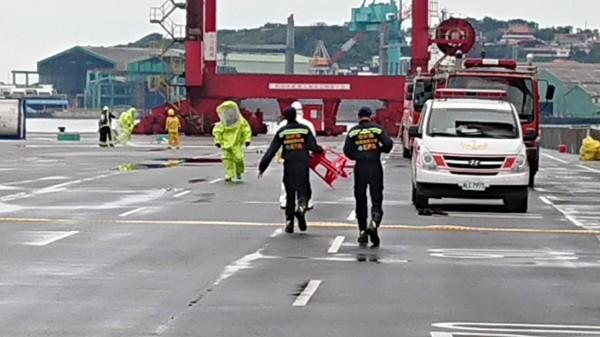 基隆港化學物外洩,消防隊警戒中,工程人員穿防護衣查驗處理。(記者盧賢秀翻攝)