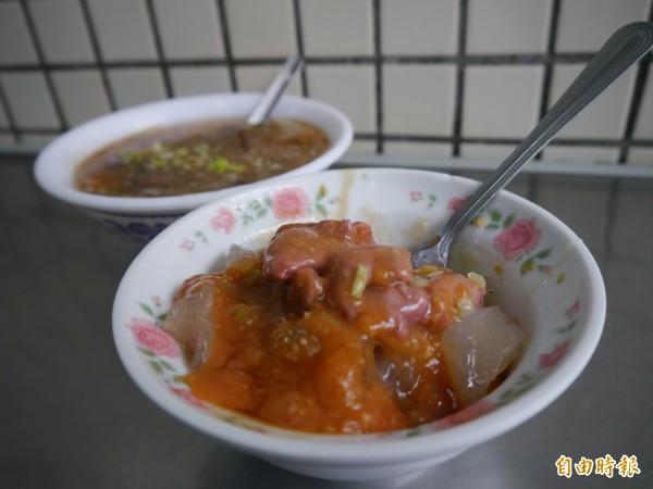 「墩仔腳肉丸」搭配肉羹,是后里庶民小吃。(記者張軒哲攝)