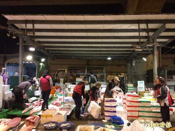 桃園市長鄭文燦今早到魚市場、果菜市場視察。(記者許倬勛攝)
