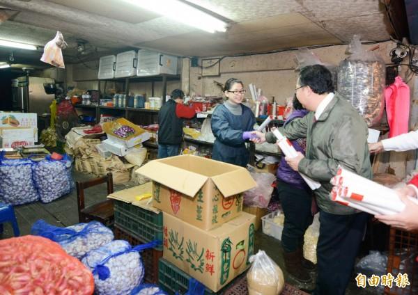鄭文燦到魚市場、果菜市場視察,並發送春聯。(記者許倬勛攝)