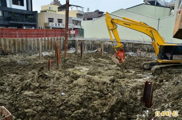 維冠金龍大樓原址重建現場正進行地下室拆除工程。(記者吳俊鋒攝)