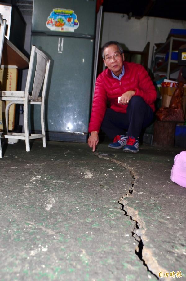 緊鄰的模具工廠,地板出現大裂縫,疑因拆除期間機具敲打造成。(記者吳俊鋒攝)