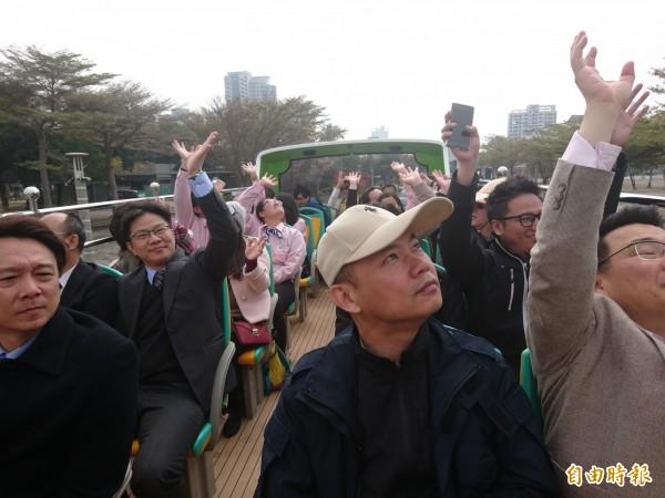 雙層巴士開頂座位,體驗民眾大呼有趣。(記者洪瑞琴攝)