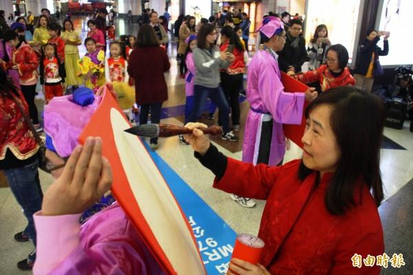 教育局局長林奕華大筆揮毫,宣揚傳統書法藝術文化。(記者賴筱桐攝)