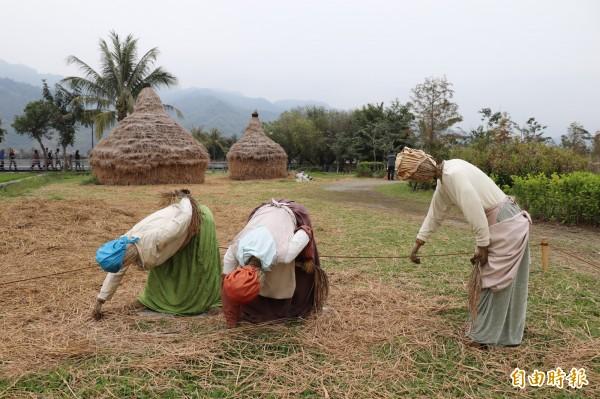 美濃湖畔架設稻草名畫裝置藝術,吸引遊客駐足拍照。(記者黃佳琳攝)