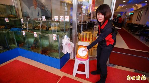 縣府消保官表示,有關海鮮部分會請業者標示每斤、兩多少錢,透過有經商品檢驗局檢驗合格的秤子,擺在消費者面前秤重。(記者陳彥廷攝)