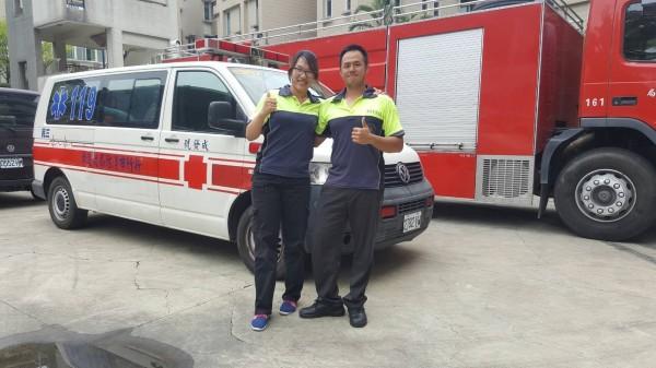 新竹市消防局香山分隊隊員李育昇(右)與竹光分隊隊員李曉芳(左),是消防界難得一見的的兄妹檔。(消防局提供)