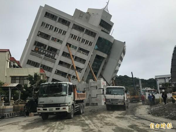 搜救隊員在213號房搜尋到加拿大籍香港夫婦的下半身。(記者林敬倫攝)