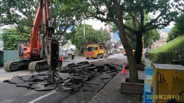 台南市救援團隊協助花蓮救,搶修道路。(市府提供)