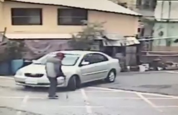梁翁正在過馬路,銀車駕駛則要轉彎。(翻攝畫面)