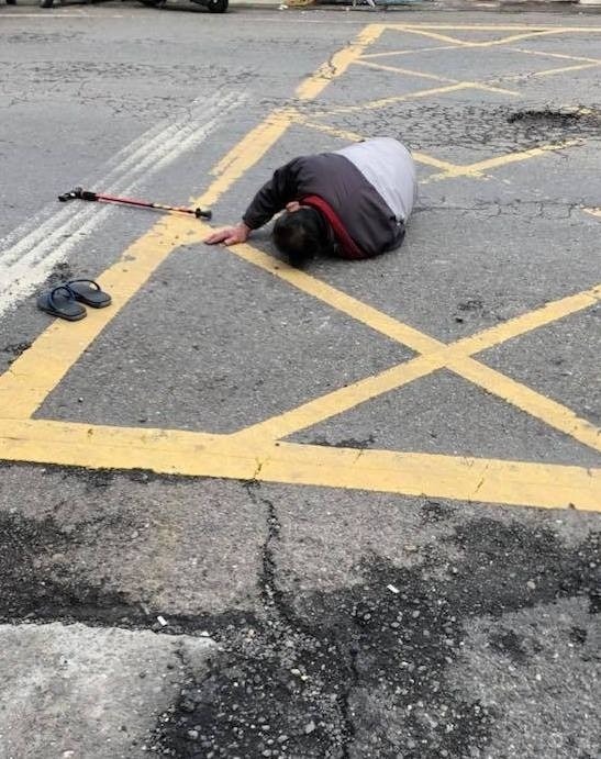 梁翁被撞後左大腿見骨,躺在地上哀號(翻攝溪湖人生活圈臉書)
