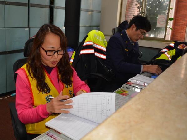 潘冠之擔任彰化警局警察志工已有3年多,平日在大門櫃台接待洽公民眾,熱心助人。(記者湯世名攝)