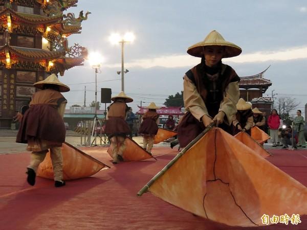 藝姿舞蹈團表演獨具鄉土文化特色的「御風舞」。(記者蔡文居攝)