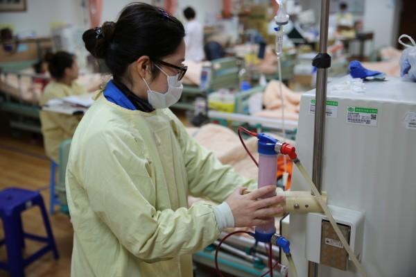 夏中宜因為自己服務的洗腎中心受災,陪洗腎病人一起「轉院」去慈濟,努力照顧病人。(慈濟醫院提供)