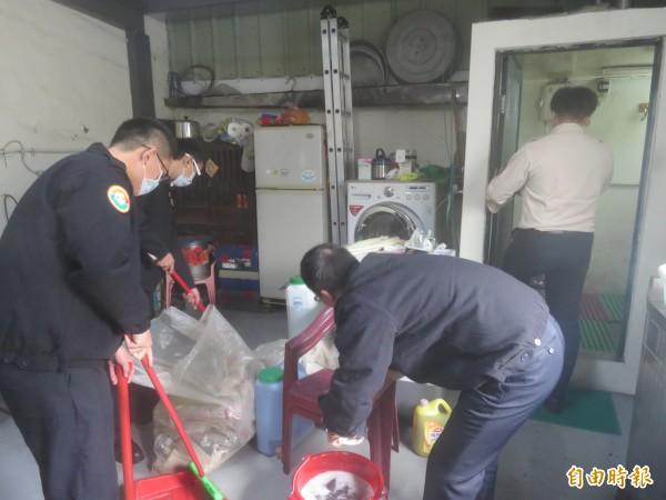 大里區公所到區內行動不便的獨居長者家中清潔環境。(記者蘇金鳳攝)