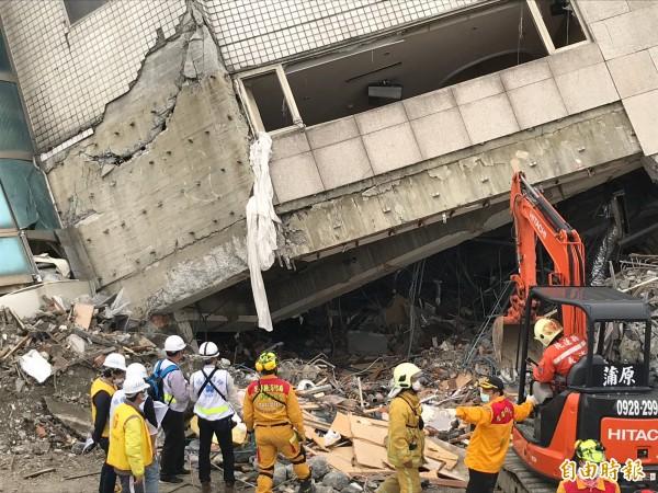 搶救受困的5名中國籍遊客,出動怪手等重機具,為救援人員清理出更大的突破點。(記者林欣漢攝)