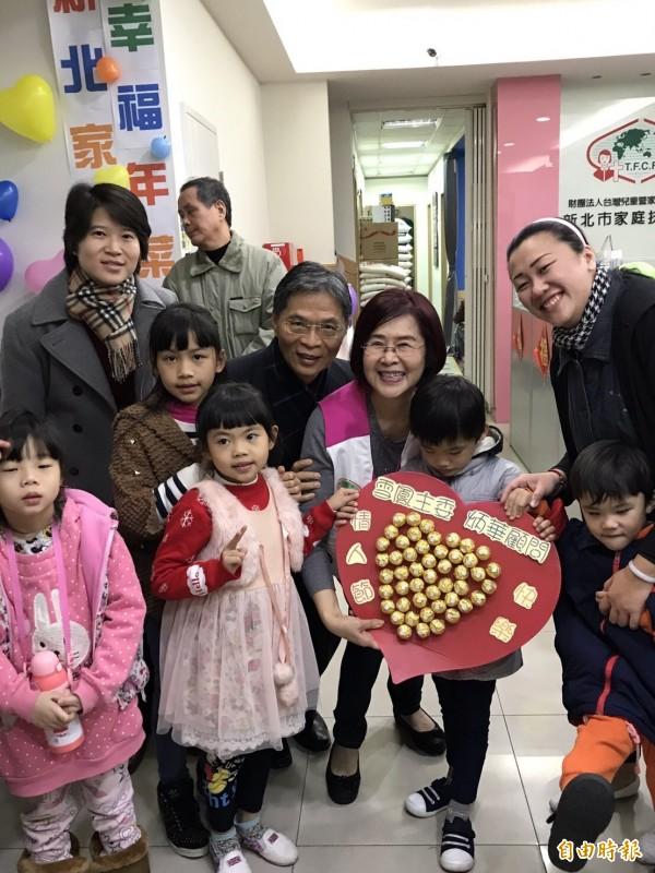 新北市家扶中心急募4000個幸福紅包,讓弱勢兒少過好年。(記者賴筱桐攝)