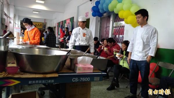 從7日上午開始,花蓮縣職業廚師公會的幾位「總鋪師」,在中華國小的收容中心擺起餐點,用熱騰騰清粥小菜,慰勞災民驚恐的心。(記者張議晨攝)