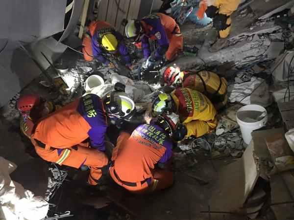 桃園市消防局特搜隊分別在下午3點32分及33分先後將加籍港裔夫妻蕭姓女子及蘇姓男子的遺體運出。(桃園市消防局提供)