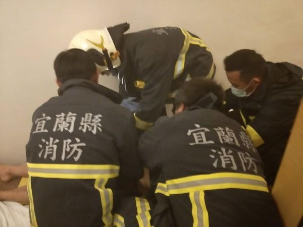 即刻救援,礁溪消防分隊成功搶救自殺民眾。(記者游明金翻攝)