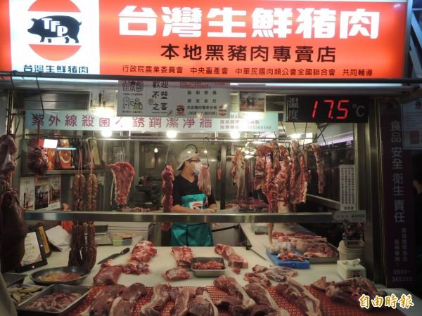 新竹縣家畜肉類同公會理事長許英峻率先響應農委會「肉品現代化冷鏈販售政策」,引進與科技廠同等級的低溫無塵抑菌作業環境,讓肉類在18度以下控溫環境中分切、販售、保鮮。(記者廖雪茹攝)