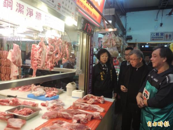 竹北市公有零售市場豬肉販許英峻率先示範低溫無塵抑菌作業環境,縣長邱鏡淳肯定他的用心。(記者廖雪茹攝)