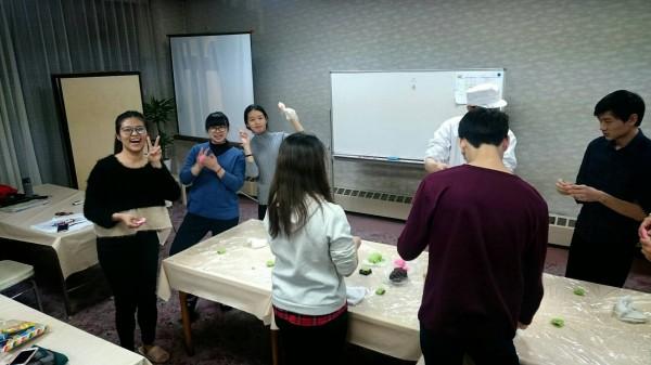 明新科大服務產業學院學生赴日參加研修活動,除讓學員在溫泉會館中見習,還安排了木工漆器製作、和果子製作、滑雪活動,以及傳統日本舞蹈等文化的體驗。(明新科大提供)