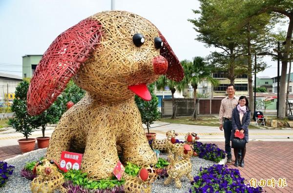 大型竹編米格魯,以近3萬片竹篾打造,高度逾2米5。(記者吳俊鋒攝)