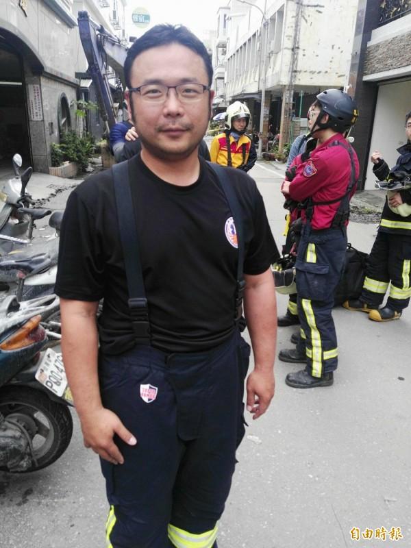 玉里消防隊員吳伯村剛好就租屋在被震垮的吾居吾宿大樓中,兩天來他協助近200位災民進屋取物,直至今天才有空回自己的住處看看。(記者王錦義攝)