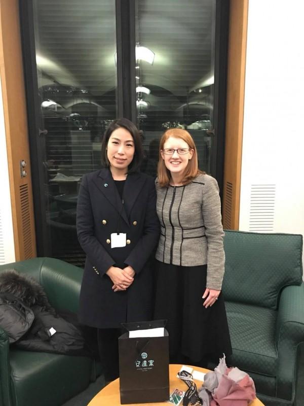 民進黨立委余宛如(左)與英國國會議員Holly Lynch(右)會晤,力促國會公平貿易連線。(余宛如國會辦公室提供)