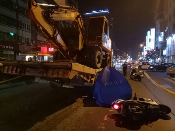 男大生擦撞拖板車,連人帶車倒地,不幸被碾身亡。(記者黃旭磊翻攝)