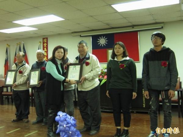 花壇鄉農會今天舉行農民節慶祝大會,農會總幹事顧碧琪(左)頒獎表揚傑出農民。(記者湯世名攝)