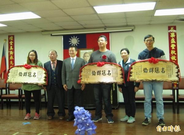 花壇鄉農會今天舉行農民節慶祝大會,縣長魏明谷(左3)、縣議員顧黃水花(右2)頒獎表揚傑出農民。(記者湯世名攝)