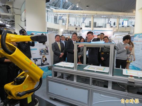 中科管理局今舉行「中科智慧機器人自造基地展示中心」的開幕儀式,眾人並參觀12套機器人。(記者蘇金鳳攝)