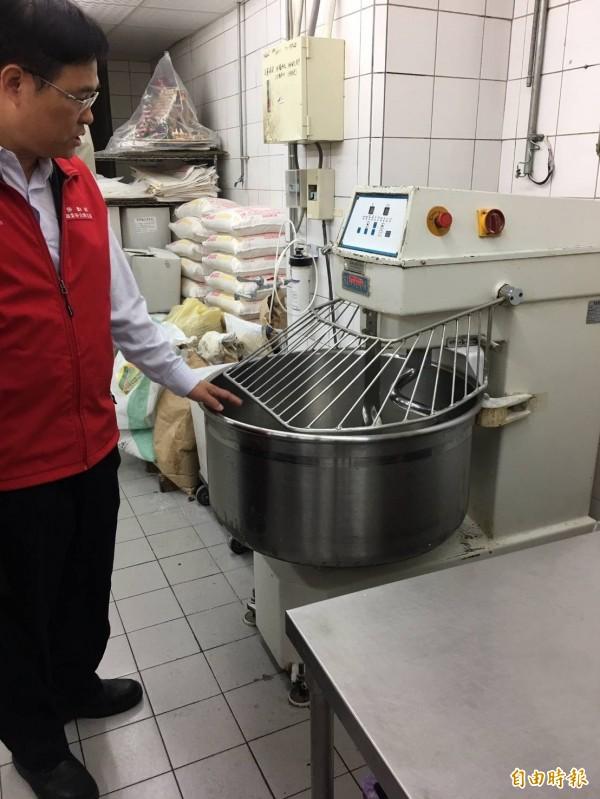 勞動部與勞工局到愛買中港分店勞檢,發現麵包區攪拌機未設防護設備。(記者蔡淑媛攝)
