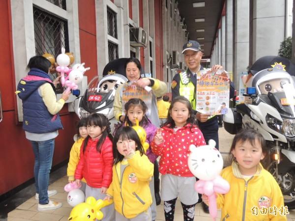 基隆市警局舉辦春節安全維護工作預防犯罪宣導,小朋友爭相在哈雷機車前合影。(記者林嘉東攝)