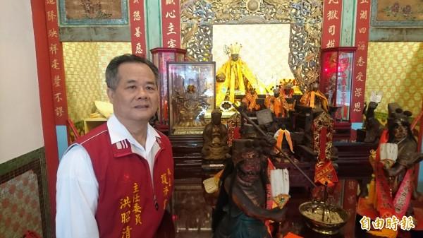 護濟宮主委洪昭清和附屬的金蓮寺地藏王菩薩。(記者楊金城攝)