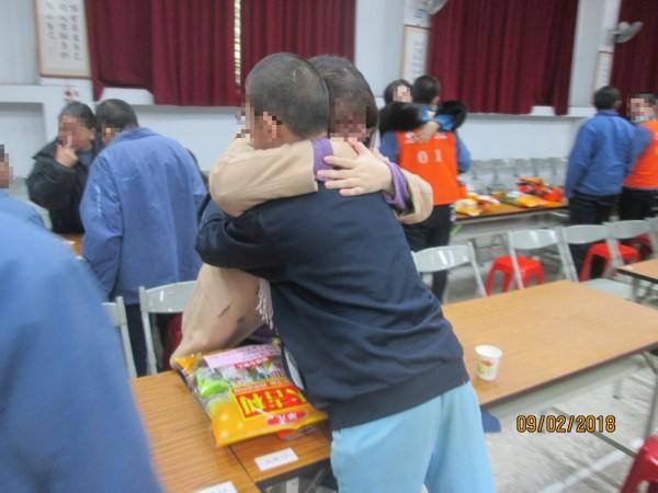 因案入獄的收容少年,抱著家人落淚道歉,保證會改過向善。(台北少年觀護所提供)