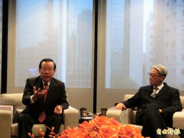 前財政部長顏慶章(左)表示,辭去台新金首席顧問後,可以有更寬廣的空間。圖右為台新金控董事長吳東亮。(記者王孟倫攝)