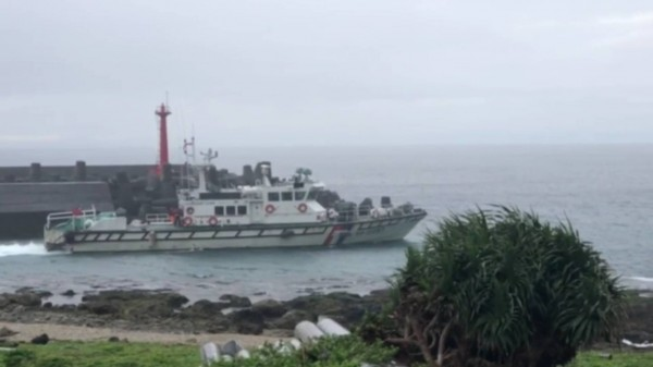 蘭嶼海域今天風浪稍緩,飛安會人員下午乘巡防艇出海,以水下聽音器探測。(記者王秀亭翻攝)
