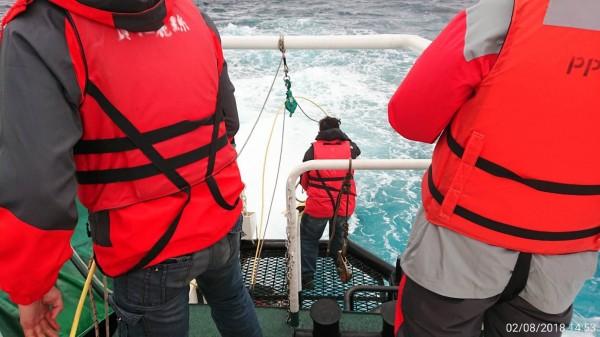 飛安會人員乘巡防艇,在鎖定的海域範圍內進行水下聽音探測。(記者王秀亭翻攝)