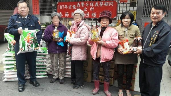 太平分局宏龍派出所、在地里長及地方人士贈送物資給弱勢民眾,讓他們能過個好年。(記者蘇金鳳翻攝)