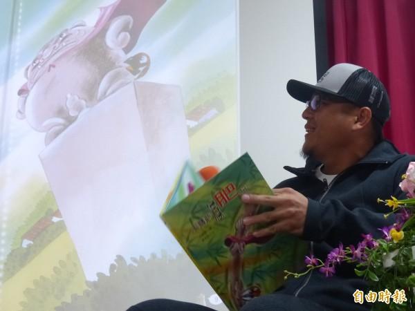 蔣智賢初登說故事講台,為金門小朋友說「風獅爺減肥記」。(記者吳正庭攝)