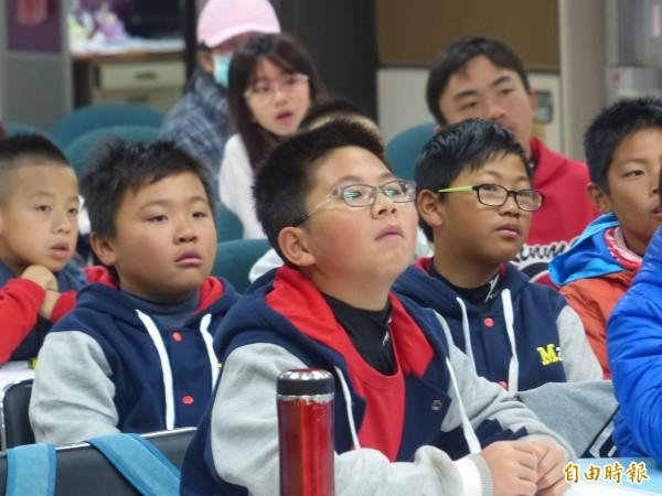 蔣智賢第一次對許多小朋友說故事,金門小朋友也很捧場,個個聽得津津有味。(記者吳正庭攝)
