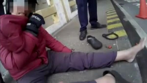 40歲的通緝犯劉文斌痛得大喊:我不想在牢裡過年啦!(記者陳恩惠翻攝)