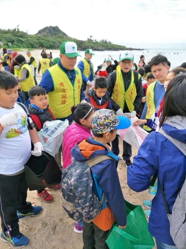 國泰學童圓夢,今到墾丁淨灘以實際行動保護綠蠵龜。(國泰金提供)