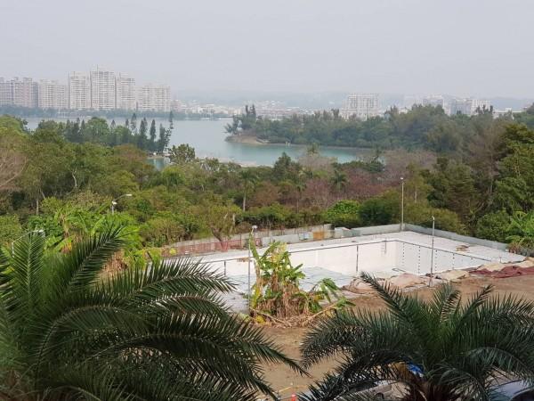 天空步道將橫跨園區,緊鄰無邊際游泳池,游泳一次欣賞澄清湖、天空步道2種美景。(記者陳文嬋攝)